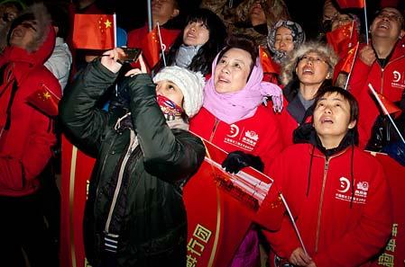 神舟八号中国探月鲜我行助威团激情舞动红旗,为神八加油助威