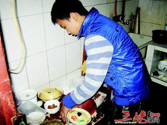 为奶奶洗衣做饭,少年孝举感动师生(图)