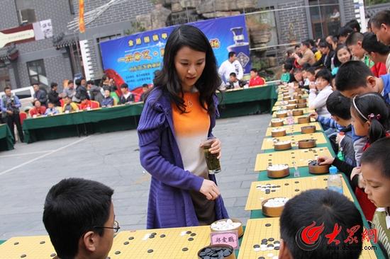 美女棋手陈盈上场助阵