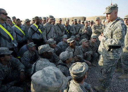 在伊拉克巴古拜的一个军事基地,驻伊美军士兵听取任务简报.
