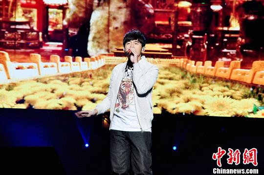 """资料图:2011年10月14日晚,""""亚洲影视经典歌曲明星演唱会""""在重庆永川唱响。周杰伦献唱。中新社发 王荣桥 摄"""