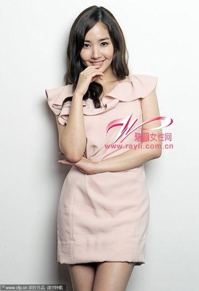 朴敏英淡粉色荷叶边连衣裙秀成熟