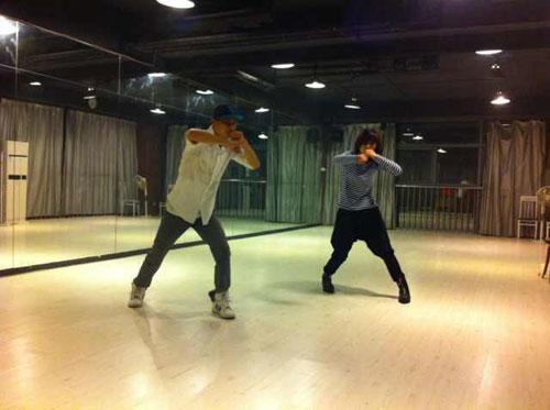 李斯丹妮在向舞蹈老师学新动作