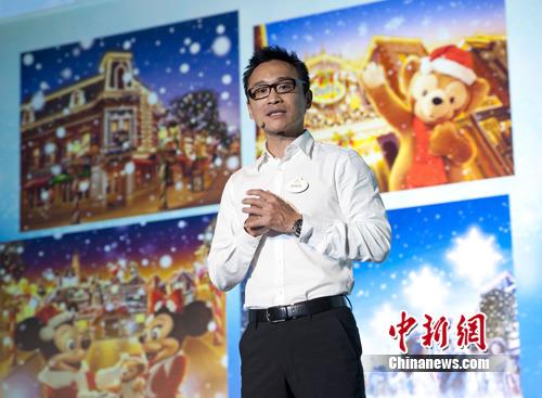 """香港迪士尼乐园度假区中国市务总监王秉申先生介绍今年以""""玩具""""为主题的圣诞活动"""