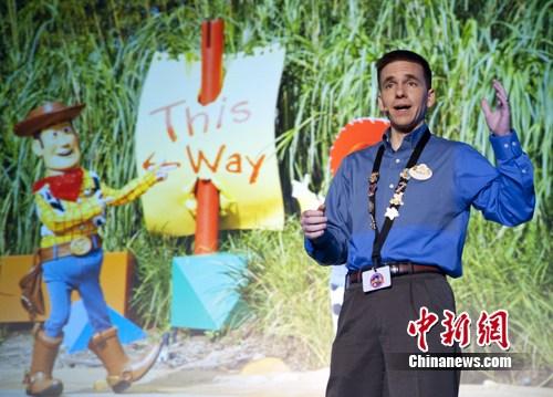 """香港迪士尼乐园度假区乐园运营副总裁侯诺保先生在介绍""""反斗奇兵大本营""""的精彩旅程。"""