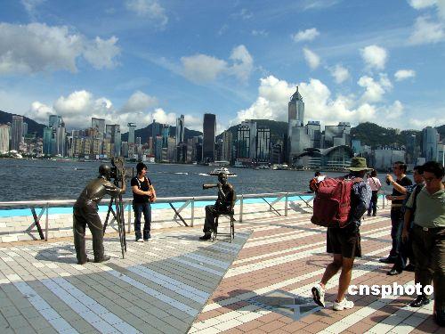 香港著名的星光大道是一些游客的必游之处﹐到此一游的客人观光兴致不减。资料图