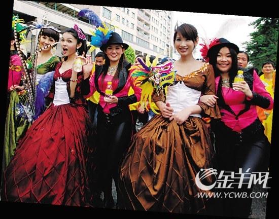 某娱乐演艺公司在街上表演。