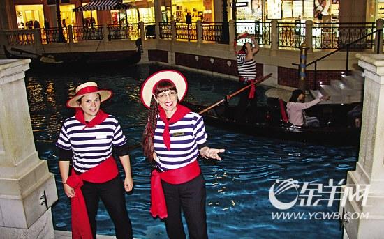 澳门投资二百亿元的的最大型酒店威尼斯人度假村,女侍应邀请游客乘船。