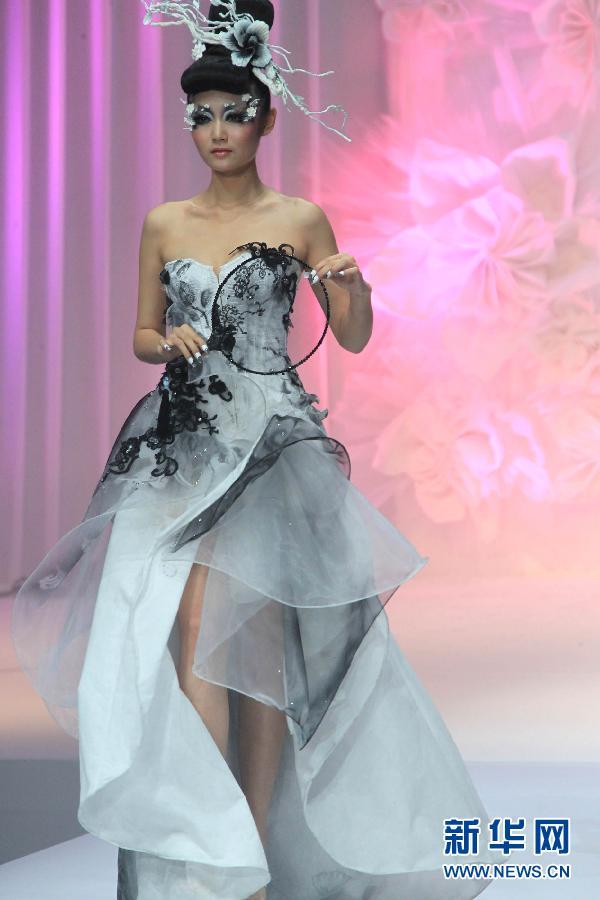 11月1日,模特在毛戈平2012彩妆造型设计发布会上展示彩妆造型.图片