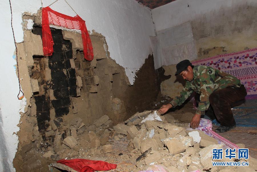 11月1日,新疆伊犁新源县哈拉布拉乡开买阿吾孜村村民保玉林在查看地震