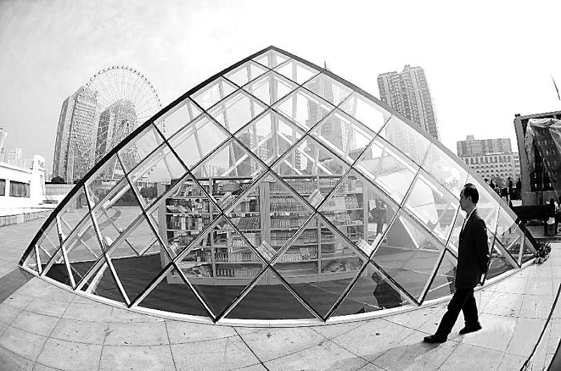 在启动仪式上,一座金字塔形状的户外公益书架建筑在长沙贺龙体育中心