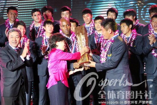 大连阿尔滨将士举起冠军奖杯
