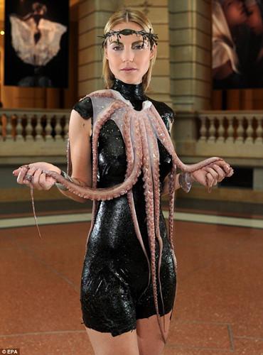 一名模特穿着海藻裙,披着章鱼触须的披肩。