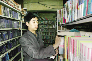 马辉正在自己的书店内整理书籍。新疆都市报记者 卢子摄