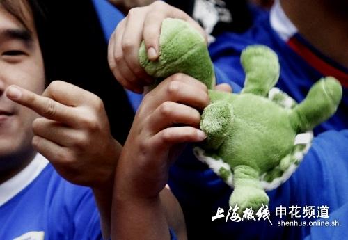 球迷携绿乌龟进场看球 群体竖中指鄙视国安(组图)