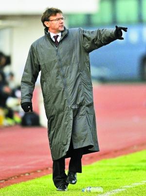 昨天,深圳红钻客场不敌长春亚泰。赛后,针对球队7名球员罢训一事,深足主帅特鲁西埃表达了强硬态度必须进行处罚,否则他将离职。(新 华)