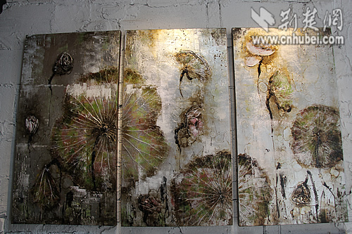 油画,画中荷叶均由真实荷叶制作而成   何丽告诉记者,画廊所有的作品图片