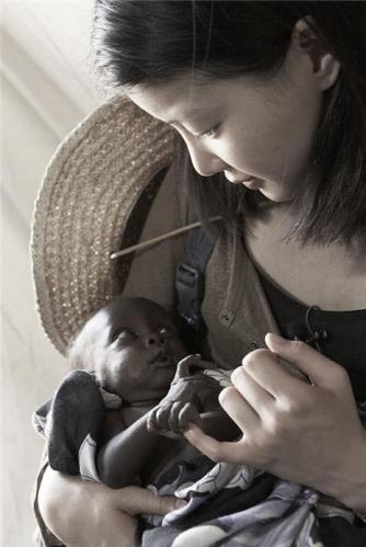 李诗英非洲参加公益活动 照顾当地生病儿童