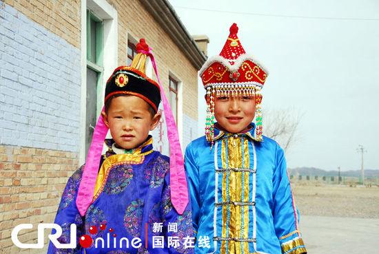 新疆蒙古族儿童传统服饰 张雷摄-魅力新疆 新疆的民族服饰 下图片