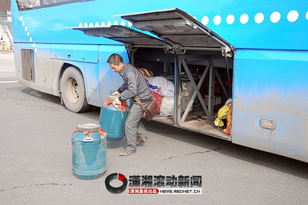 客车行李箱藏了100公升柴油 有爆炸隐患[图]