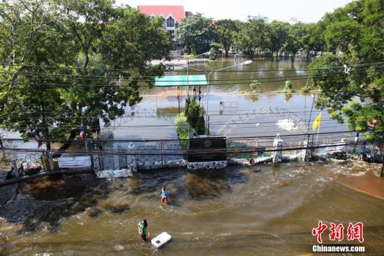 11月1日,洪水继续在曼谷肆虐,泰国农业大学变泽国。中新社发 余显伦 摄