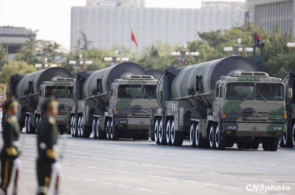 东风-31甲核导弹方队通过天安门广场。中新社发 赵振清 摄