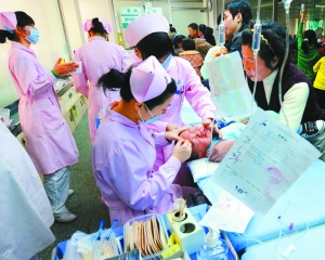 为小患者在儿童医院输液.(资料图片)-抗生素使用率过高 患者看