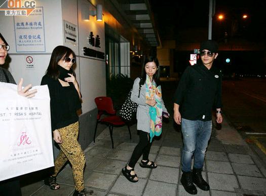 孙耀威接女友出院。