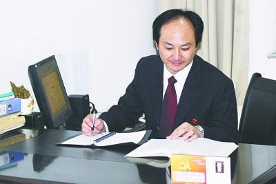 张宇在整理他的 黑皮书