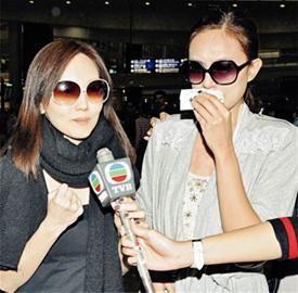 陈美诗(左)回忆遭遇的意外时仍紧张得紧握拳头,朱慧敏情绪激动落泪