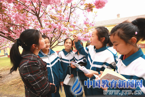 校园约炮成功爆操大二黑絲驅旅勰袅_寿光市台头镇实验小学把课堂搬进大自然.张玉波 摄
