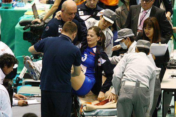 膝盖受伤被抬出