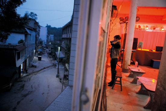 夜幕降临,演员们开始这个镇上的废弃舞厅准备演出。