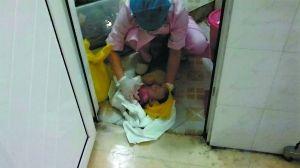 医护人员随即在厕所门口为婴儿擦拭鲜血和脏物、按压胸口。家属用手机拍下了当时的场景