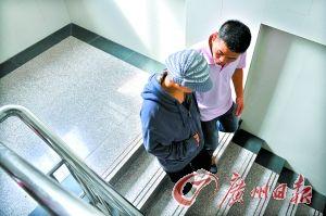 刘冬梅在丈夫搀扶下到医院讨说法。