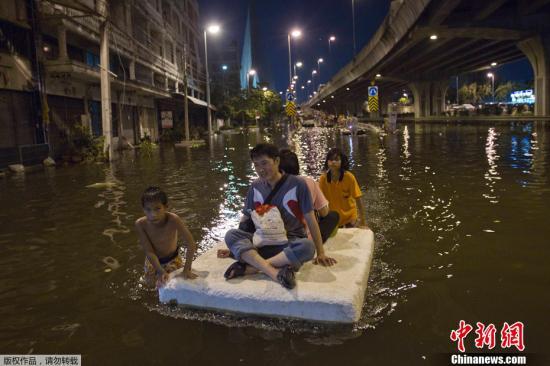 曼谷洪水继续向城区蔓延 抗洪总部再受威胁