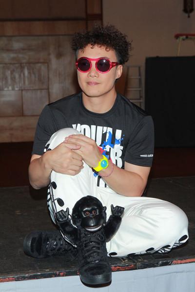 陈奕迅戴上红框墨镜,与搞怪猩猩鞋相映成趣