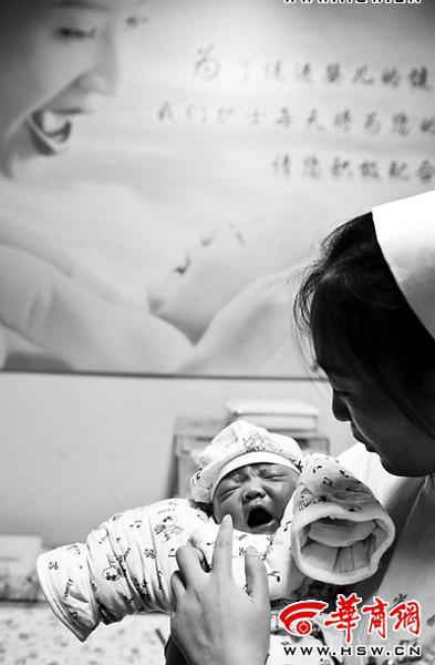 护士抱着刚刚出生的试管婴儿本报记者 陈团结 摄
