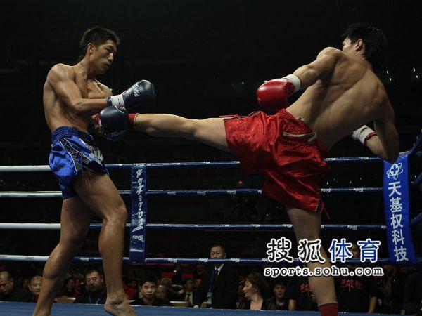 图文:英雄传说长沙站冯亮VS刘威 揭腿防守
