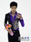 图文:花滑中国杯颁奖 宋楠展示铜牌