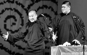 曹云金(左)向郭德纲看齐,昨晚卖力表演了3个多小时