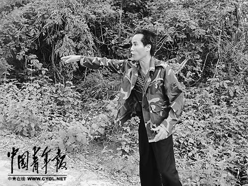 受害人符亚红在哥哥被打死的地方向记者介绍情况。本报记者 刘万永摄