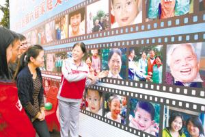 市浦东新区沪东社区家庭文化艺术节上,一面10多米长的笑脸墙引人注目.图片