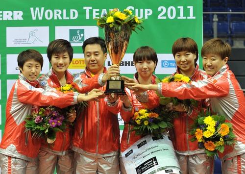 11月6日,中国女队队员郭跃(左一)、丁宁(左二)、范瑛(右三)、李晓霞(右二)、郭焱(右一)和主教练施之皓在颁奖仪式上。