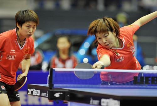 中国选手李晓霞(右)/郭跃在比赛中,她们以3比0战胜日本组合福原爱/石川佳纯。
