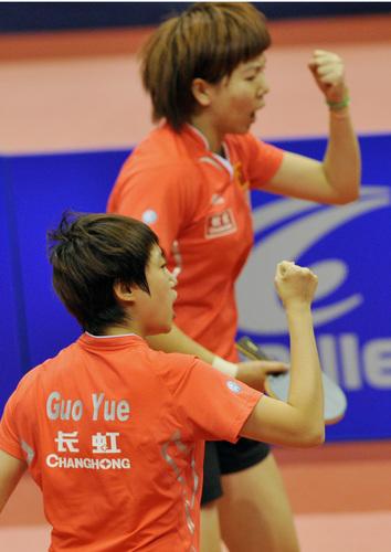 中国选手李晓霞(上)/郭跃在比赛中庆祝得分。