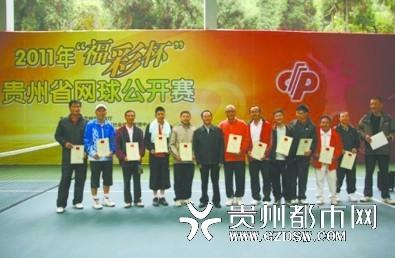 省民政厅巡视员陈如昌为获奖男选手颁奖。