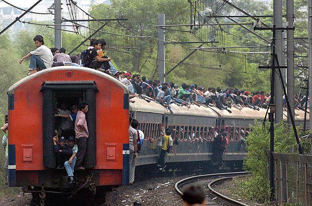 印尼雅加达:上班高峰期,人们挤满整列火车,还有许多人爬上车顶.