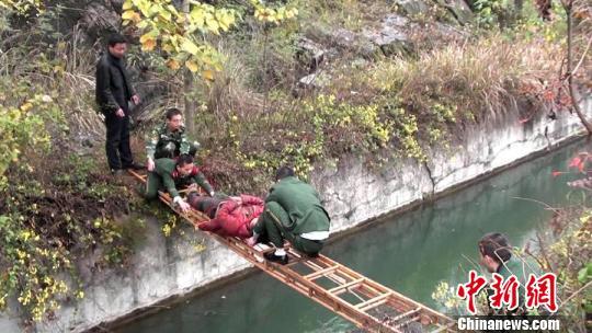 搭桥营救坠崖妇女。 张灵 摄