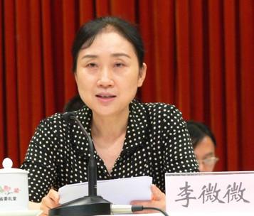 李微微,女,汉族,1958年3月生,湖南宁乡人,1975年7月参加工作,1976年7月加入中国共产党,研究生学历,工商管理硕士,经济学博士。